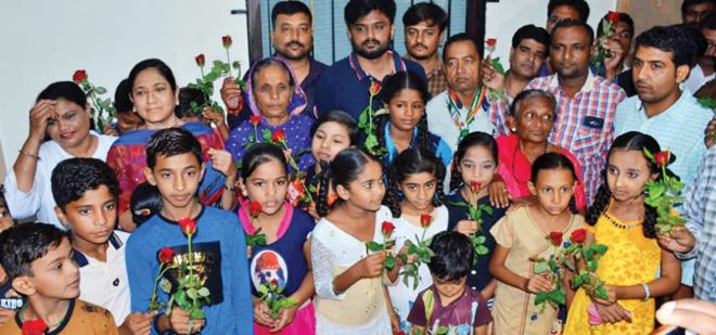 rose to children, protest, gandhigiri
