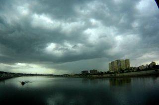 શહેરમા સમીસાંજે વાતાવરણમા અચાનક પલટો આવતા વાદળોથી શહેર ધેરાઇ ગયુ હતુ