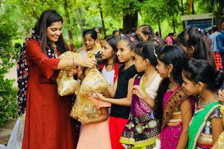 ગૌરીવ્રત નિમિત્તે મુસ્લીમ વિદ્યાર્થીનીઓએ હિન્દુ વિદ્યાર્થીનીઓને મહેંદી મૂકી