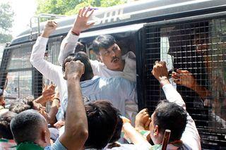 પ્રિયંકા ગાંધીની અટકાયતને લઈ ગુજરાત કોંગ્રેસના નેતાઓનું વિરોધ પ્રદર્શન, પોલીસે લાઠીચાર્જ બાદ અટકાયત કરી