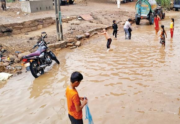 2.5 inches rain in Visavadar. Lilia and Kotadasangani
