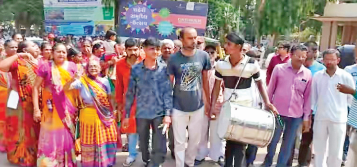 People played drums to opens the ears of morbi palika