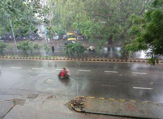 અમદાવાદમાં સવારથી વાદળછાયા હવામાન સાથે ધીમી ધારે વરસાદ
