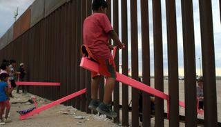 અમેરિકા-મેક્સિકોની સરહદ પર બાળકો 'કિચુડા' પર રમતા જોવા મળ્યા