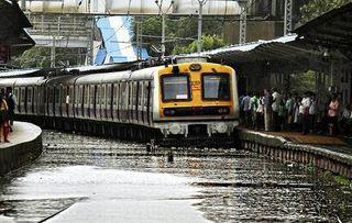 સુરતઃમુંબઇ- પુના વચ્ચે વરસાદને કારણે 26 ટ્રેન રદ કરવામાં આવી