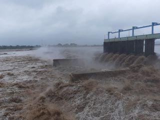 સુરતઃ કાકરાપાર ડેમની 9 ફૂટ ઉપરથી પાણી વહી રહ્યું છે, જુઓ તસ્વીર