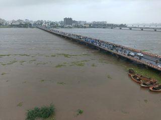 ઉકાઈમાંથી છોડાઈ રહેલું 1.90 લાખ ક્યૂસેક પાણી, શહેરના નીચાણવાળા વિસ્તારોમાં પાણી બેક થતાં 450 લોકોને સલામત સ્થળે ખસેડાયા