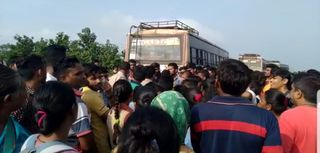 બારડોલી : કીકવાડ-ભટલાવ ગામ નજીક લોકો રસ્તા પર ઉતરી આવ્યા