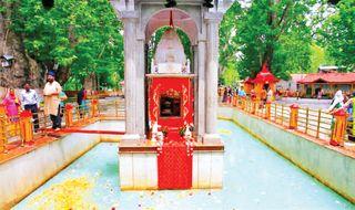 આવનારી આપત્તિની અગમચેતી રૂપે કાશ્મીરના ખીર ભવાની મંદિરનું જળાશય રંગ બદલે છે
