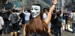 માસ્ક પર પ્રતિબંધ મૂક્યા બાદ હોંગકોંગમાં હિંસક પ્રદર્શન, રેલવે સેવા ઠપ