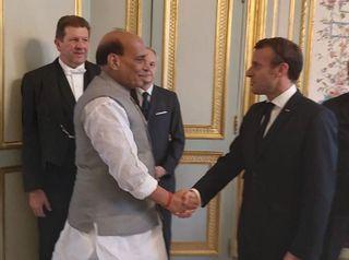 રક્ષા મંત્રી રાજનાથ સિંહ ફ્રાન્સ પહોંચ્યા, આજે ભારતને પ્રથમ રાફેલ મેળવશે
