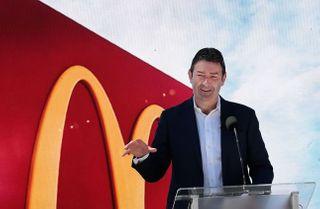 મહિલા સહકર્મી સાથે સંભોગ કરવા બદલ McDonaldના સીઇઓની હકાલપટ્ટી