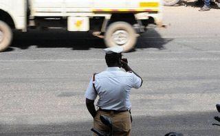ટ્રાફિક નિયમન કરો: ટ્રાફિક પોલીસના જવાનોને ઓનડ્યુટી મોબાઈલ ફોન ઉપયોગની મનાઈ ફરમાવવામાં આવી