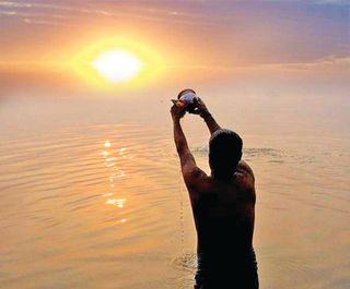 કાલે સવારે પતંગ ઉડાવતા પહેલાં સૂર્યને જળાંજલિ આપજો, ફાયદો થશે
