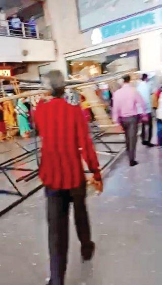 કાલુપુર સ્ટેશને લોખંડનું સ્ટેન્ડ પડ્યું: 2 મોત