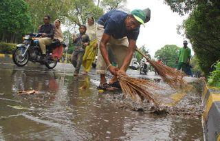 પાકિસ્તાનમાં ગટર સાફ કરતા કર્મીઓની ભરતી, માત્ર લઘુમતિ ઇસાઇઓ જ અરજી કરી શકે