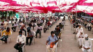 લોકડાઉનના કારણે રદ થયેલી ટિકિટના પૈસા પાછા લેવા કાલુપુર સ્ટેટશન પર લાઇન લાગી