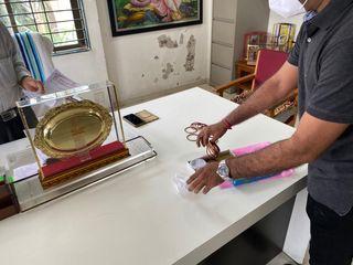 સુરતઃ ફી માટે દબાણ કરતી શાળા સામે મૂંગામંતર બનેલા શિક્ષણાધિકારીને યુથ કોંગ્રેસ બંગડી આપી