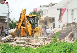 રાજકોટ મ્યુનિ.ની જમીન પર થયેલાં દબાણો તોડી પાડી જમીન ખુલ્લી કરાવતું તંત્ર