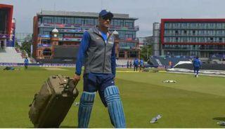 ટીમ ઈન્ડિયાના પૂર્વ કેપ્ટન મહેન્દ્ર સિંહ ધોનીએ આંતરાષ્ટ્રીય ક્રિકેટમાંથી સંન્યાસ લીધો