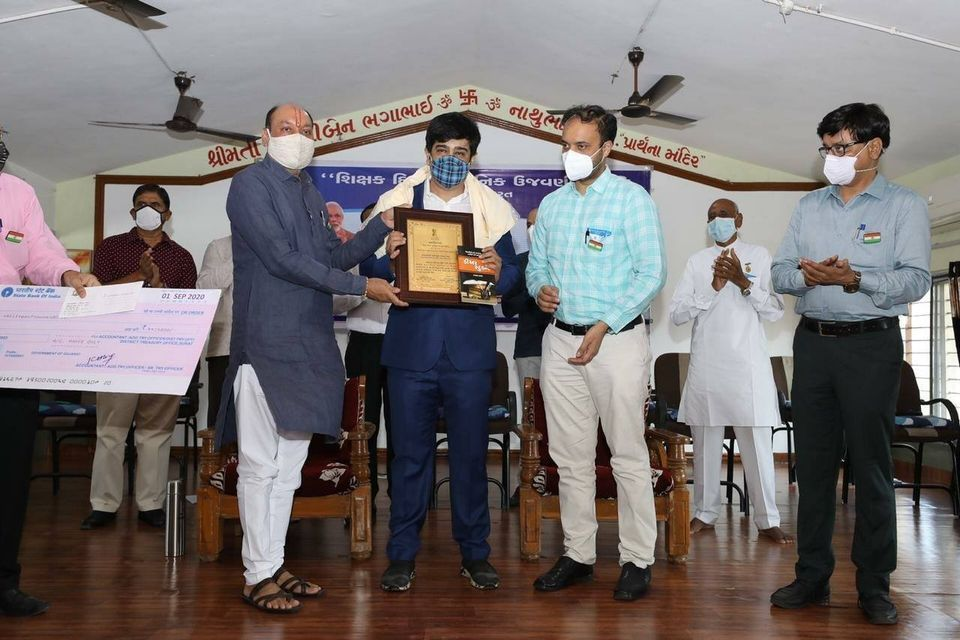 Surat honors teachers, honors the excellence of three district and six taluka level teachers