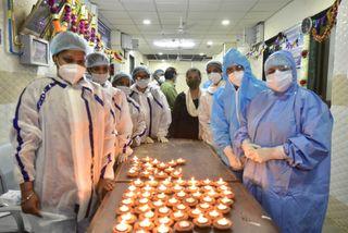 દિપાવલીનો અહેસાસ કરાવવા વડોદરામાં સયાજી હોસ્પિટલમાં કોરોનાના દર્દીઓ સામે નર્સોઅએ દીપ પ્રગટાવ્યા
