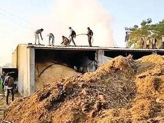 બાબરા પાસે ખેતરમાં મગફળી- કપાસના ગોડાઉનમાં આગ: ખેડૂતનો મૃતદેહ મળ્યો