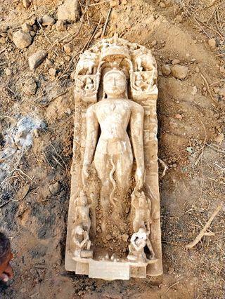અંબાજીમાં ચામુંડા માતાના મંદિર પાસે સફાઇ કરતા પ્રાચીન જૈનમૂર્તિઓ મળી