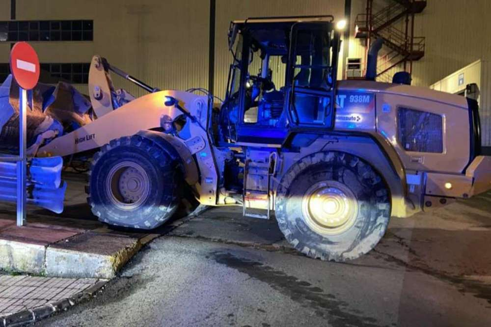 In Spain, an angry young man turned a bulldozer into a Mercedes plant!
