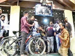 રાજકોટ NSUIએ સાઇકલ સાથે ડીઇઓ કચેરીમાં ઘૂસી જઇને રામધૂન બોલાવી