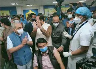 ગુજરાતમાં રસીકરણ યજ્ઞ શરૂઃ રાજકોટમાં મેડિકલ વાન ડ્રાઈવર અને અમદાવાદમાં ડો. કેતન દેસાઈએ રસી મૂકાવી