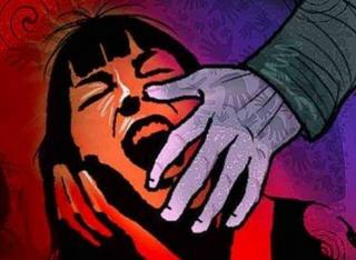 સ્નાન કરતી મહિલાનો વીડિયો ઉતારી દુષ્કર્મ આચરનારા શખ્સ વિરુદ્ધ ફરિયાદ