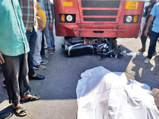 A young biker was killed in a collision with an ST bus at Mehsana Palavasana Chokdi