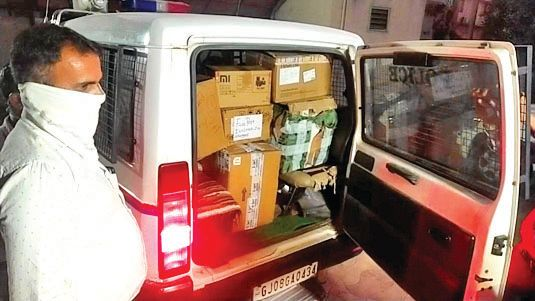 IPhone company and LCB raids four mobile shops in Palanpur