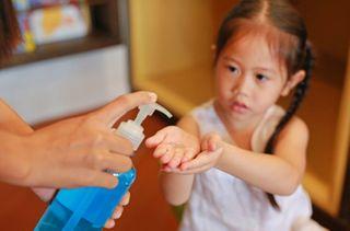 બાળકોની પહોંચથી દૂર રાખો આલ્કોહોલવાળા હેન્ડ સેનિટાઇઝર, આંખોને ભારે નુકસાન થઇ શકે છે