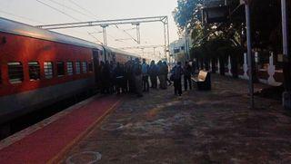 દિલ્હીથી મુંબઈ તરફ જતી જમ્મુતાવી એક્સપ્રેસના મુસાફરોએ દાહોદ રેલવે સ્ટેશને કર્યો હોબાળો