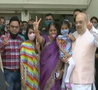 અમિત શાહે પરિવાર સાથે કર્યું મતદાન, CM રૂપાણી PPE કિટ પહેરી કરશે મતદાન