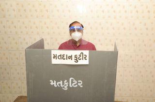 CM વિજય રૂપાણીએ રાજકોટ ખાતે પોતાના મતાધિકારનો ઉપયોગ કર્યો