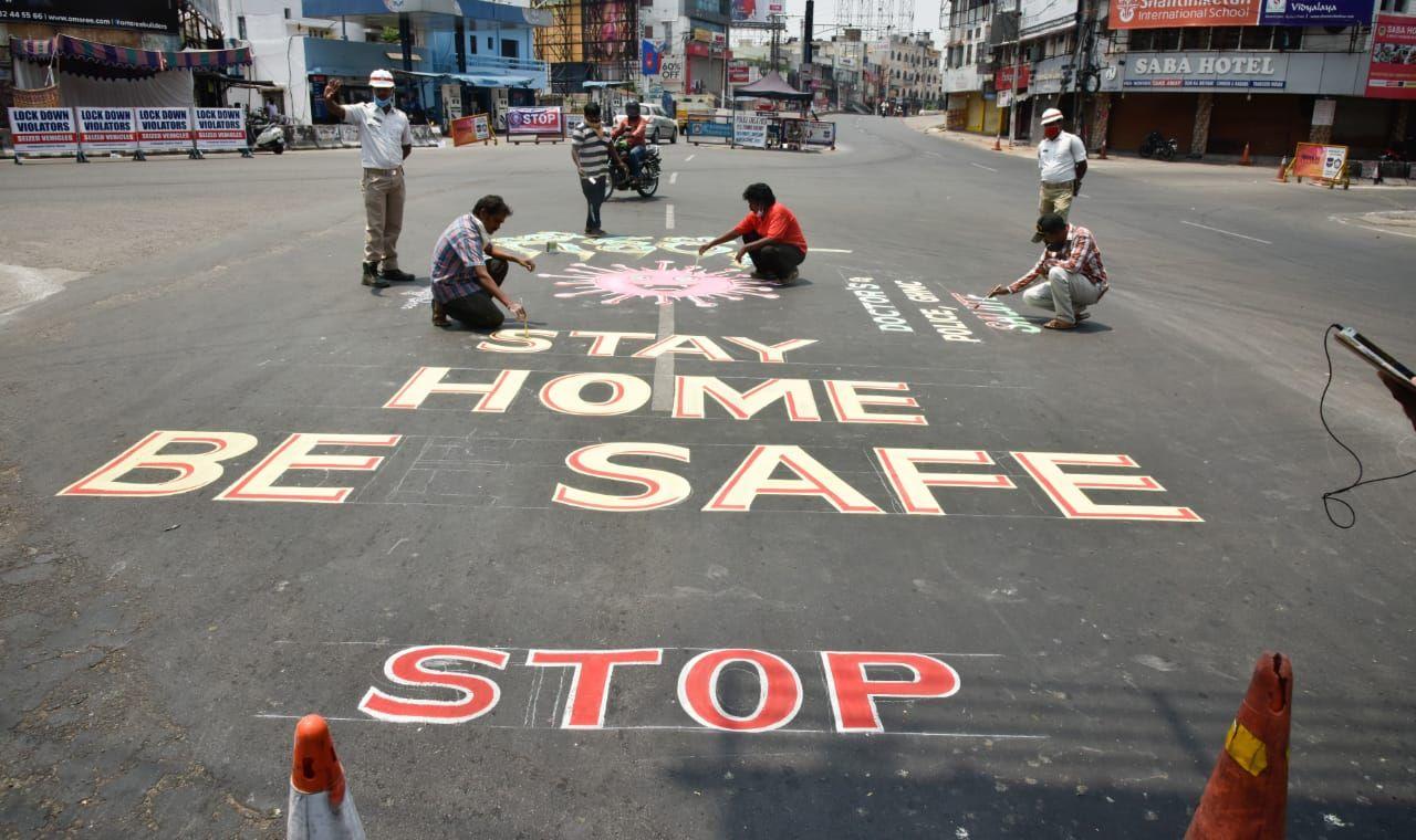 Rising Corona: Municipal Corporation had to close eight streets of Mahidharpura area in Surat for traffic