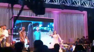 લગ્ન પ્રસંગે યોજાયેલી પાર્ટીમાં ગુજરાતી ફિલ્મની અભિનેત્રી મમતા સોનીના ઠુમકા જોવા એકઠી થઇ ભારે ભીડ