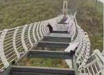 ચીનનું કાચનું પૂલ તૂટતાં 330 ફૂટની ઊંચાઇએ લટકી પડ્યો વ્યક્તિ